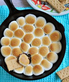 S'mores Dip ~ melted chocolate and toasty marshmallows bake up in a cast iron skillet; scoop up with graham crackers for a perfect party dessert! Smores Dessert, Dessert Dips, Party Desserts, Just Desserts, Dessert Recipes, Dip Recipes, Catering Buffet, Biscuits Graham, Butter Cookies Recipe