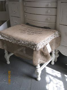 ♥ burlap and lace stool. THAT'S what I need to do to the one I was going to throw out! Burlap Projects, Burlap Crafts, Decor Crafts, Home Decor, Diy Projects, Jute, French Style Homes, Burlap Lace, Hessian