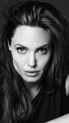 Black And White Angelina Jolie Background Picture Angelina Jolie Joven, Angelina Jolie Short Hair, The Tourist Angelina Jolie, Angelina Jolie Family, Angelina Jolie Children, Brad Pitt And Angelina Jolie, Angelina Jolie Girl Interrupted, Style Outfits, 90s Hairstyles