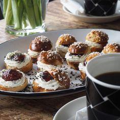 Rouva Ässän salmiakkiset laskiaispullat Doughnut, Baking, Desserts, Food, Tailgate Desserts, Deserts, Bakken, Essen, Postres