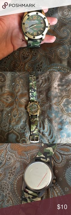 Men's Camo Watch Works great! Still has the plastic in the back. Smoke free home 🚬❌ Ships ASAP 📦 Bundle to save 🤑 Open to all offers 🤔 Welcome to my closet! 😘 Accessories Watches