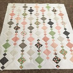 Working on a wedding quilt for my cousin! I love the Chandelier pattern from the book Charm School. When I saw a picture that… Patchwork Charm Pack Quilt Patterns, Charm Pack Quilts, Charm Quilt, Star Quilt Patterns, Simple Quilt Pattern, Patchwork Quilting, Scrappy Quilts, Easy Quilts, Quilt Blocks Easy