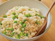 栗原 はるみさんの米を使った「枝豆と油揚げの炊き込みご飯」のレシピページです。旬の枝豆の食感が心地よく、油揚げのうまみがじんわりと口に広がる、たっぷり食べたいご飯です。 材料: 米、枝豆、油揚げ、A、だし、塩