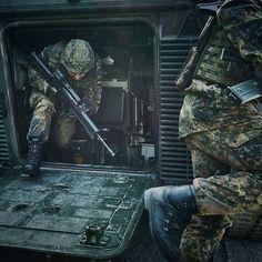 Soldaten beim Verlassen eines Panzers.