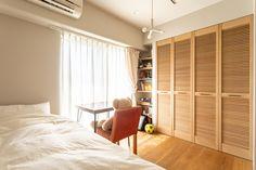 【EcoDecoスタッフ岡野の自邸リノベーション】リビングダイニングとは離れた玄関側にある子ども部屋。奥さんと在宅勤務の日がかぶるときは、ダイニングと子ども部屋に分かれて仕事をするという。#子ども部屋 #ベッド #在宅勤務 #ルーバー扉 #フローリング #EcoDeco #エコデコ #インテリア #リノベーション #renovation #東京 #福岡 #福岡リノベーション #福岡設計事務所 Divider, Interior, Room, Furniture, Home Decor, Bedroom, Decoration Home, Indoor, Room Decor