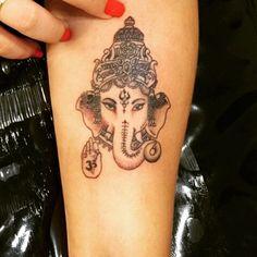 """Tatuagem feita pelo <a href=""""http://instagram.com/wagner_maximus"""">@wagner_maximus</a>   No ,Ganeshaé uma das mais conhecidas e veneradas representações de   Ele é o primeirofilho de  e Parvatie é consideradoo mestre do intelectoe da sabedoria. É representado como uma divindade amarela ou vermelha, com uma grande barriga, quatro braços e a cabeça de elefante, com uma única presa, montado em um rato.  Seu corpo é humano, enquanto a cabeça é de um ; ao mesmo tempo, seu transporte ..."""