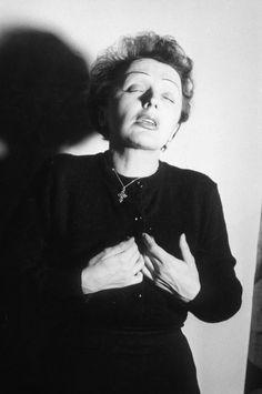 19 декабря исполняется 100 лет со дня рождения великой Эдит Пиаф. В честь этой даты «Афиша Mail.Ru» собрала архивные снимки певицы и вспомнила ее самые яркие...