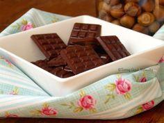 Barre de chocolat cru aux mûres blanches, lucuma et noisettes (Vegan)