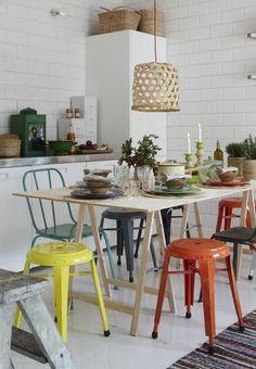 Tabourets et chaises dépareillés avec de la couleur http://www.homelisty.com/chaises-depareillees/