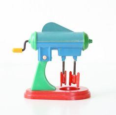 """those red """"blades"""" on this vintage toy blender look familiar"""
