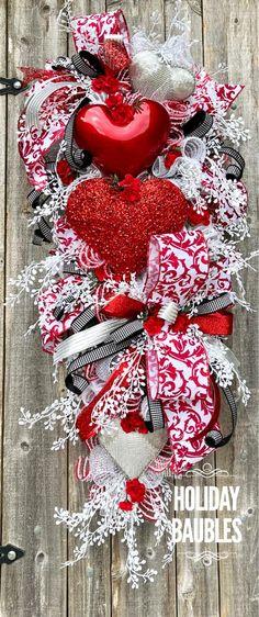 Valentine Day Wreaths, Valentine Crafts, Happy Valentines Day, Valentine Ideas, Christmas Swags, Christmas Ribbon, Elegant Christmas, Heart Decorations, Valentine Decorations