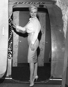 "Marilyn Monroe leaving Los Angeles for Reno to start the filming of ""The Misfits"", Marylin Monroe, Marilyn Monroe Photos, Gene Kelly, Elvis Presley, 20th Century Fox, Yves Montand, Joe Dimaggio, Norma Jeane, Rare Photos"