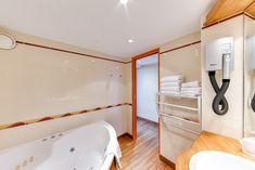 Duplex 4 personnes vue sur mer -  Un grand lit (ou 2 lits sur demande) en mezzanine et un canapé 2 places ou 2 fauteuils qui se déplient au rez de chaussée,  Salle de bain avec baignoire balnéo (9h-21h) et toilettes séparées.  Accès direct sur la terrasse (non privative) de notre bar vue mer.