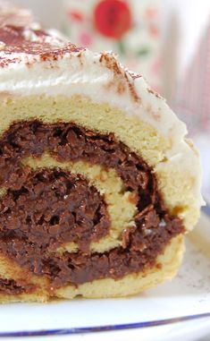 Christmas log with laminated praline - recettes de cuisine - Coffee Recipes Cake Roll Recipes, Easy Cupcake Recipes, Easy Cheesecake Recipes, Dessert Recipes, No Cook Desserts, Easy Desserts, Food Cakes, Coffee Recipes, Yummy Cakes