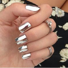 Mirror nails, or chrome nails, are the shiny new manicure trend that beauty gurus simply cannot get enough of. Nail Design Gold, Silver Nail Designs, Nail Art Designs, Nails Design, Mirror Nail Polish, Mirror Nails, Polish Nails, Mirror Mirror, Metallic Nails