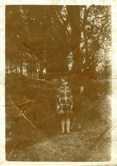 Mijn moeder als kind met mijn grootmoeder in het Rivierenhof