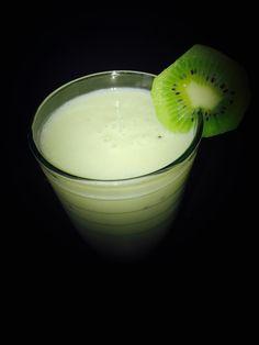 Smoothie je nápoj, který je vyrobený z ovoce, zeleniny či jejich různých kombinací. Do smoothie si můžete přidat i mléko, vodu, džus či různé semínka, ovesné vločky apod. Fantazii se meze nekladou. K přípravě stačí pouze mixér. Velmi dobrá kombinace smoothie je z kiwi a banánu. Osvěží i zasytí zároveň.