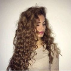 Here are 25 gorgeously long curly hairstyles, from Long Hairstyles: Got curly hair and looking for some hair inspiration? Not to worry, naturally curly hair is easier than you think! Short Curly Hair, Wavy Hair, Her Hair, Curly Hair Styles, Natural Hair Styles, Deep Curly, Frizzy Hair, Permed Hairstyles, Pretty Hairstyles