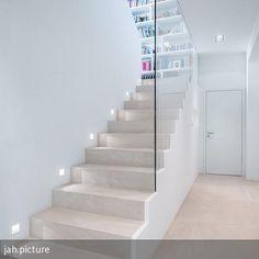 Treppe mit raumhoher Glasbrüstung und Wandeinbauleuchten