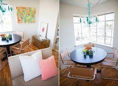 As grandes janelas e os tons claros deixam a pequena sala de jantar mais ampla. Os leves toques de cor nos acessórios trazem descontração ao ambiente. (Foto: Divulgação)