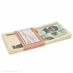 Zestaw reprintów PRL-owskich banknotów, które idealnie nadają się na imprezę w stylu minionej epoki a także do przypomnienia sobie jak kiedyś wyglądała nasza waluta i czym płaciło się za towary (o ile oczywiście były).