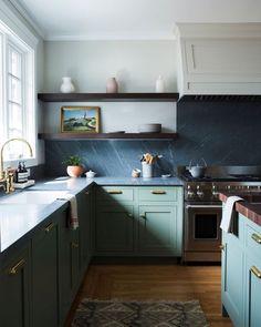18 Green Kitchen Cabinet Ideas We Can't Get Enough Of Green Kitchen Cabinets, Kitchen Dining, Kitchen Decor, Kitchen Black, Home Luxury, Luxury Houses, Home Design, Interior Design, Modern Interior