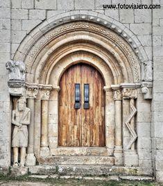 La gran portada románica , surgió más o menos al mismo tiempo en todas las regiones en que se dio, ya se trate de Languedoc, de España sept...