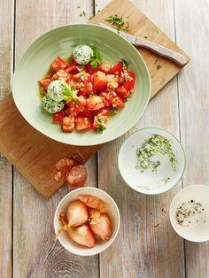 Tomatensalat mit Spinat-Ricottabällchen   http://eatsmarter.de/rezepte/tomatensalat-mit-spinat-ricottabaellchen