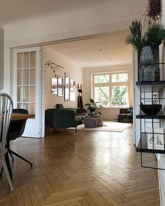 Blick vom Esszimmer ins Wohnzimmer - Fischgrätenparkett und mehrteilige Tür verbinden die beiden Räume