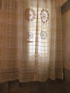Tenda in stile Shabby con applicazioni di centrini all'uncinetto
