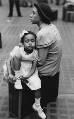 Ruth Orkin: Mother and Daughter. Penn Station, New York 1947