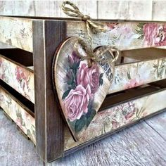 Oficina de ideias added a new photo — with Maria Luana Ricarte and Simonica Baptista. Decoupage Box, Decoupage Vintage, Vintage Shabby Chic, Shabby Chic Style, Wooden Crates, Wooden Boxes, Wood Crafts, Diy And Crafts, Pretty Box