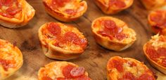 Anyone who loves pizza as much as I do will definitely enjoy these pizza pockets on a whole new level! They are so fun to eat and are way healthier then going the actual pizza pocket New Recipes, Low Carb Recipes, Cooking Recipes, Favorite Recipes, Simple Recipes, Finger Food Appetizers, Finger Foods, Appetizer Recipes, Pizza Pockets