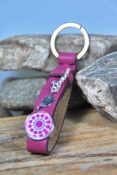 """Schlüsselanhänger - pinker Schlüsselanhänger in Leder """"BoHo"""" - ein Designerstück von DaiSign bei DaWanda  http://de.dawanda.com/product/106210419-pinker-schluesselanhaenger-in-leder-boho  Schlüsselanhänger Schlüsselband Schlüssel Anhänger Boho pink rosa Feder Blatt vintage shabby Geschenk Geschenkidee dawanda DaiSign"""