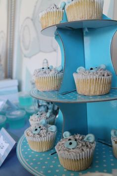 New Year's Eve party decor essential: these cake holder in blue! Welcome the new year with polka dots!