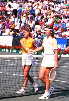 Chris Evert and Hana Madlikova, Tennis Rules, Tennis Tips, Hana Mandlikova, Tennis Legends, Tennis Equipment, Tennis Fashion, World Of Sports, Women In History, Teatro