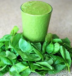 Green smoothies are a great energizing way to start the morning and incorporate the goodness of greens with the sweetness of fruit.    To make a great #greensmoothie mix ~⅓ or less green leaves, ⅔ fruit (except melons) & a bit of water. Flavourings can be added as needed (ginger, mint, lemon zest). Smoothies should not be strained. Do not add melons, vegetables (except green leaves), nuts or seeds.  Add greens like spinach, mint, coriander, celery greens, betel leaves, kale, pak choy, basil… Smoothie Legume, Smoothie Detox, Protein Smoothies, Good Smoothies, Green Smoothie Recipes, Green Smoothies, Spinach Smoothies, Smoothie Mix, Spinach Juice