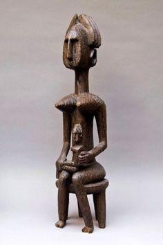 Bamana Mali Statue gwandusu. La femme est assise sur un tabouret quadripode