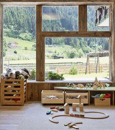 Spielzimmer mit vielen Möglichkeiten zum Basteln, Malen und Spielen // Childrens playroom Loft, Windows, Bed, Furniture, Home Decor, Game Rooms, Playing Games, Adventure, Crafting