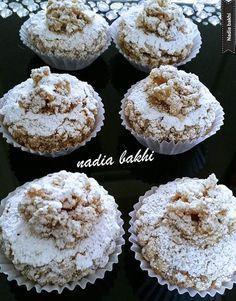 Le castel est un gâteau algérien[] à base de cacahuète ou de noisette fourrés de crème de beurre au caramel tres tres bon mon mari et mes deux petites filles adoreee Mes castels au caramel Ingrédients 6 blanc d'oeufs 250g de sucre semoule 250g de cacahuète... Arabic Sweets, Arabic Food, Biscuit Cookies, Chip Cookies, Peanut Butter Thumbprint Cookies, Cookie Recipes, Dessert Recipes, Algerian Recipes, Candy Crafts