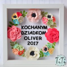 Personalized felt floral frame box with custom text. This is a unique gift for everybody . Frame contains handmade felt elements (flowers & text) and paper background. You can choose the colours of the flowers and text ( for example: name/ monogram initials and a wedding date/ Custom quote/ Worlds Best Grandma etc. ) I can make the frame with succulents instead of flowers. Please contact me about the details. Frame 25x25cm. If you want to order more items from my shop p...