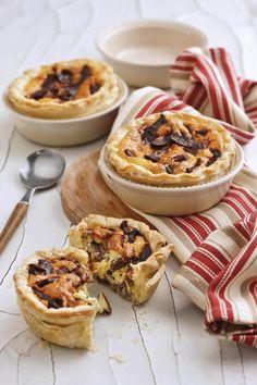 Biltong-en-bloukaas-tertjies | SARIE South African Recipes, Ethnic Recipes, Cheese Quiche, Biltong, Savory Tart, Quiches, Light Recipes, Cofee Shop, Pizza