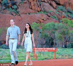 The couple walked a short distance around the base of Uluru... http://dailym.ai/1i9I8Op#i-abd20e7f