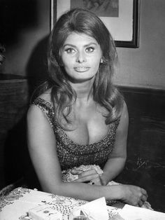 Sophia Loren, one of the most iconic bombshells of the is now 84 years old -- and she's still gorgeous. Old Hollywood Stars, Hollywood Icons, Vintage Hollywood, Hollywood Glamour, Hollywood Cinema, Classic Hollywood, Beautiful Celebrities, Beautiful Actresses, Most Beautiful Women