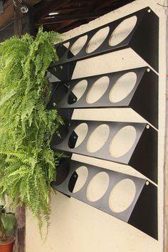 Sistema de módulos para parede verde, de fácil instalação e manutenção. Cada furo no suporte recebe uma cuia de plástico nº21, formando o jardim vertical. O sistema aceita irrigação. Qualquer dúvida favor entrar em contato. 19-981069969 Danilo
