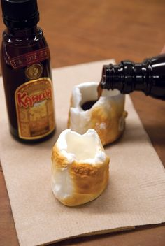 Marshmallow Kahlua Shots - this looks fun for the adults on the camping trip! Gently roast a marshmallow, empty out the center of a marshmallow, and pour Kahlua inside. Party Drinks, Cocktail Drinks, Fun Drinks, Yummy Drinks, Beverages, Yummy Food, Alcoholic Drinks, Yummy Shots, Tasty