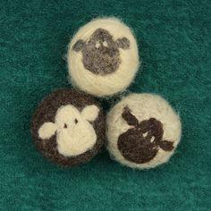 Angebot gilt für 1 Tricolour Herde von 3 Trockner Bälle. (weiß, natürliche grau, natürliche Naturbraun)  Diese 100 % Wolle-Trockner-Kugeln werden mit einer Kombination aus Nadel-filzen und nass filzen hergestellt. Die liebenswert Schaf-Gesichter sind Nadel Filz auf die nassen Gefilzte Kugeln. Jeder Schafige Ball ist ein bisschen anders, mit einer etwas anderen Persönlichkeit. Dies sind eine perfekte kleine Baby-Dusche-Geschenk: umweltfreundliche, liebenswert, ganz natürlich und sicher für…