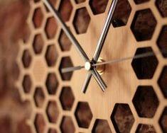 Jedinečné drevené nástenné hodiny v tvare medu .