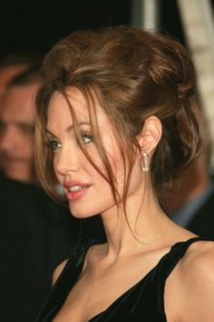 Angelina Jolie attends the premiere of 'A Mighty Heart' presented by Paramount Vantage at the Ziegfeld Theatre on June 2007 in New York City. - 28 of sparkle like a true princess when you walk down the isle in an exquisite gold hair comb adorned with gen Angelina Jolie Makeup, Angelina Joile, Angelina Jolie Pictures, Brad Pitt And Angelina Jolie, Angelina Jolie Photos, Angelina Jolie Hairstyles, Beauty Makeup, Hair Beauty, Brown Hair With Highlights