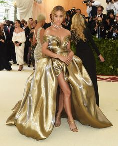 """Met Gala 2018 Theme: """"Heavenly Bodies: Fashion and the Catholic Imagination"""" Jasmine Sanders in H&M Gala Dresses, Red Carpet Dresses, Evening Dresses, Met Gala Outfits, Mode Outfits, Celebrity Look, Celebrity Dresses, Trendy Dresses, Nice Dresses"""